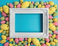 Composição da Páscoa feita com ovos coloridos e quadro branco Conceito mínimo de easter imagens de stock royalty free
