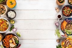 Composição da vista superior do vário alimento asiático na bacia fotos de stock royalty free