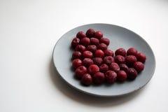Composição dada forma coração do Valentim de cerejas congeladas fotografia de stock