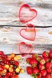 Composição das cerejas e das morangos maduras imagem de stock