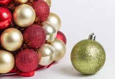 Composição das decorações do Natal no branco Foto de Stock