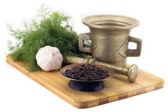 Composição das especiarias, pimenta de Malabar, aneto, alho, moedor da especiaria do vintage isolado no fundo branco Imagem de Stock