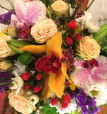 Composição das flores e dos frutos Ramalhete das rosas, das orquídeas e das outras flores fotografia de stock