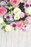 A composição das flores na parte superior fotos de stock royalty free