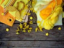 Composição de acessórios amarelos para o passatempo no fundo de madeira cinzento Confecção de malhas, bordado, costura, pintura,  Fotos de Stock