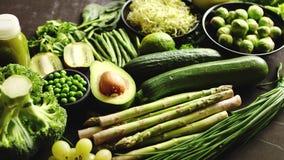Composição de alimento saudável verde com abacate, brócolis, maçã, batido vídeos de arquivo