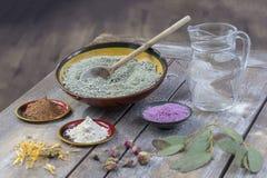 Composição de bacias cerâmicas de pó da argila do mar: vermelho, cor-de-rosa, verde, roxo, jarro da água, dryflowers, eucaliptus Foto de Stock Royalty Free