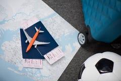 composição de bilhetes do voo com colocação do avião do brinquedo imagens de stock