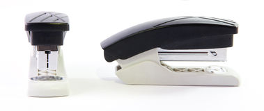 Composição de dois grampeadores idênticos do escritório Imagens de Stock