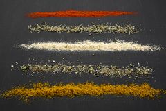 Composição de especiarias e de ervas diferentes sobre o fundo preto, Imagem de Stock
