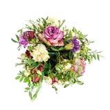 Composição de flores secadas em um hatbox cor-de-rosa Amarrado com wh largo Fotos de Stock Royalty Free