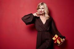 Composição de nivelamento brilhante da mulher bonita nova bonita do batom vermelho brilhante no inverno feito malha do cabelo enc imagem de stock