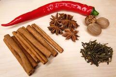 A composição de pimentas de pimentão vermelho a bordo com especiarias Fotografia de Stock Royalty Free