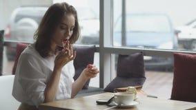 Composição de refrescamento da mulher de negócio após a pausa para o almoço no café a menina pinta os bordos vídeos de arquivo