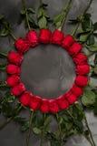 Composição de rosas vermelhas no fundo cinzento escuro Decoração chique gasto romântica Vista superior Conceito do amor Rosa verm Fotos de Stock Royalty Free