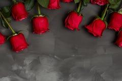 Composição de rosas vermelhas no fundo cinzento escuro Decoração chique gasto romântica Vista superior Conceito do amor Rosa verm Imagens de Stock Royalty Free