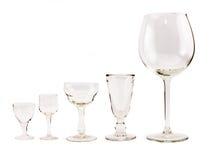 Composição de vidros transparentes vazios para cocktail e vinho em um fundo branco Imagens de Stock