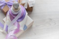 Composição decorativa de uma pirâmide das caixas e das fitas do cetim imagens de stock royalty free
