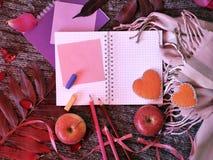 Composição decorativa sazonal das folhas, corações do feltro, caderno vazio, cumprimentando o papel foto de stock