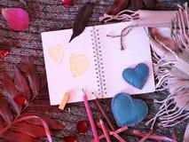 Composição decorativa sazonal das folhas, corações do feltro, caderno vazio, cumprimentando o papel foto de stock royalty free