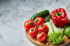 Composição deliciosa de legumes frescos sortidos e de ervas no fundo textured branco, vista superior, foco seletivo Foto de Stock Royalty Free
