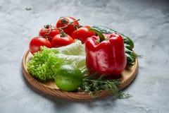 Composição deliciosa de legumes frescos sortidos e de ervas no fundo textured branco, vista superior, foco seletivo Imagens de Stock