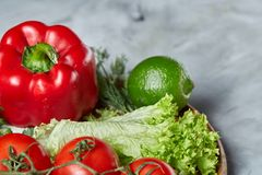 Composição deliciosa de legumes frescos sortidos e de ervas no fundo textured branco, vista superior, foco seletivo Imagens de Stock Royalty Free