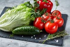 Composição deliciosa de legumes frescos sortidos e de ervas no fundo textured branco, vista superior, foco seletivo Imagem de Stock Royalty Free