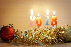 Composição 2018 do ano novo Bolo e velas ardentes Imagens de Stock