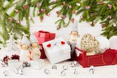 Composição 2016 do ano novo com caixa de presente, árvore de abeto do Natal, anjos Imagem de Stock