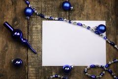 Composição do ano novo com festões e balões em um tabl de madeira Foto de Stock Royalty Free