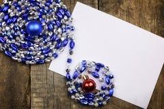 Composição do ano novo com festões e balões em um tabl de madeira Fotos de Stock