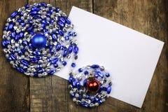 Composição do ano novo com festões e balões em um tabl de madeira Imagens de Stock Royalty Free