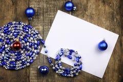 Composição do ano novo com festões e balões em um tabl de madeira Fotografia de Stock Royalty Free