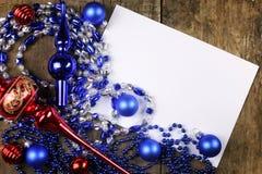 Composição do ano novo com festões e balões em um tabl de madeira Imagem de Stock