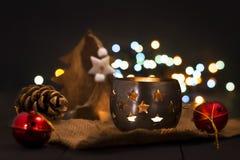 Composição do ano novo do Natal com uma vela e os cones de abeto ano novo feliz 2007 Natal, fundo do ano novo com espaço da cópia Foto de Stock Royalty Free