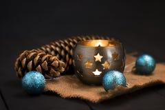 Composição do ano novo do Natal com uma vela e os cones de abeto ano novo feliz 2007 Natal, fundo do ano novo com espaço da cópia Imagens de Stock