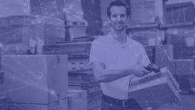 Composição do armazém do homem no armazém que faz a varredura de uma caixa combinada com a animação da conexão vídeos de arquivo