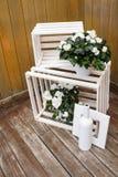 Composição do casamento do vintage com flores brancas e as caixas de madeira Imagem de Stock