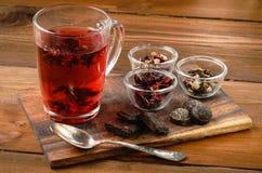 Composição do chá com a colher velha na madeira Fotos de Stock