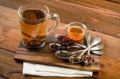 Composição do chá com a colher velha na madeira Foto de Stock Royalty Free