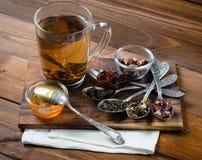 Composição do chá com a colher velha na madeira Fotografia de Stock Royalty Free