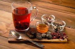 Composição do chá com a colher velha na madeira Imagem de Stock