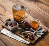 Composição do chá com a colher velha na madeira Imagem de Stock Royalty Free