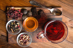 Composição do chá com a colher velha na madeira Imagens de Stock Royalty Free