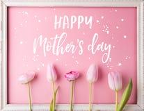 Composição do dia de mães Texto e flores Tiro do estúdio Imagens de Stock Royalty Free