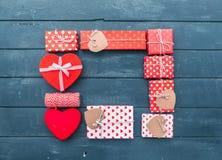 Composição do dia de Valentim: caixas de presente com curvas e corações Fotografia de Stock