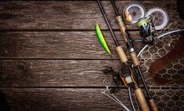 Composição do equipamento de pesca, fundo de madeira fotografia de stock royalty free
