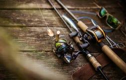 Composição do equipamento de pesca, fundo de madeira imagens de stock