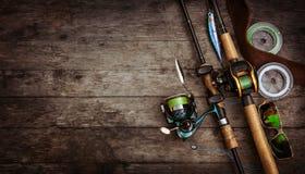 Composição do equipamento de pesca, fundo de madeira foto de stock royalty free